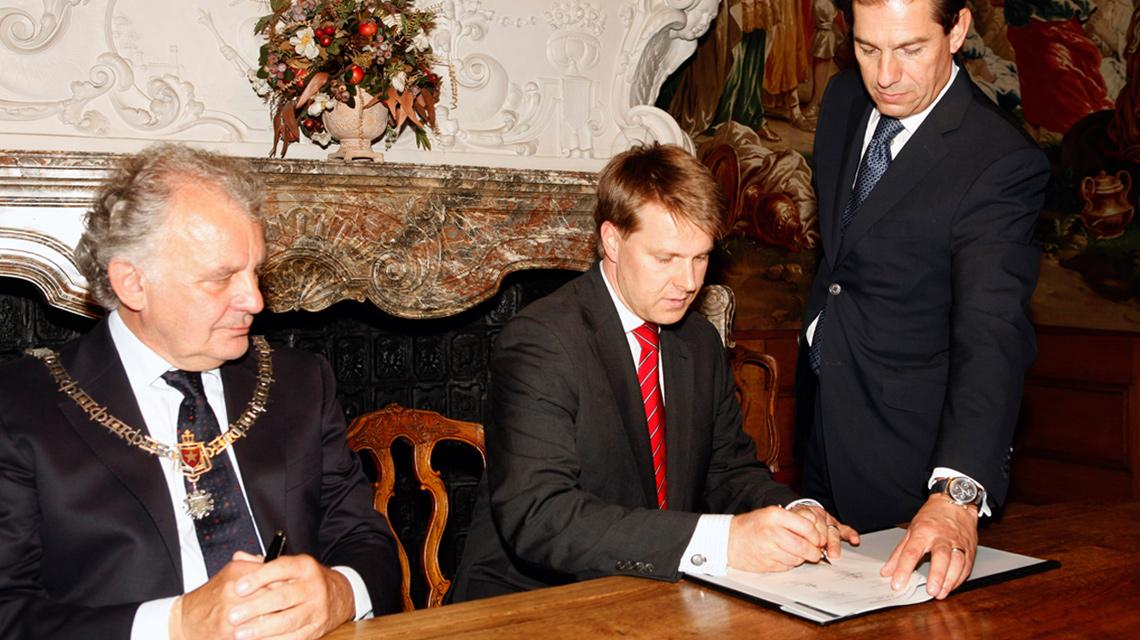Wolfgang A. Stoess unterzeichnet die Maastricht-Vereinbarung in der Prinsenkammer