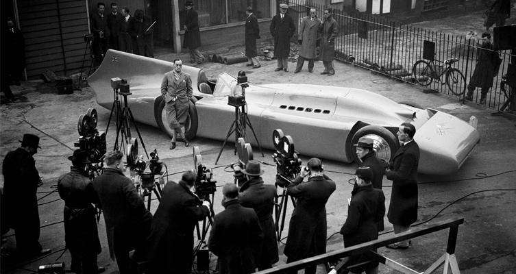 Sir Malcolm Campbell mit seiner Bluebird, 1935